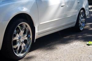 chrome fälgar på en grå bil